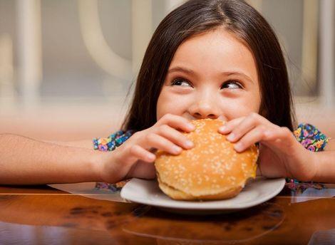 Люди кормили друг друга в McDonald's