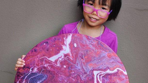 """5-летняя девочка создает """"космические"""" картины и отдает деньги на благотворительность: фото"""