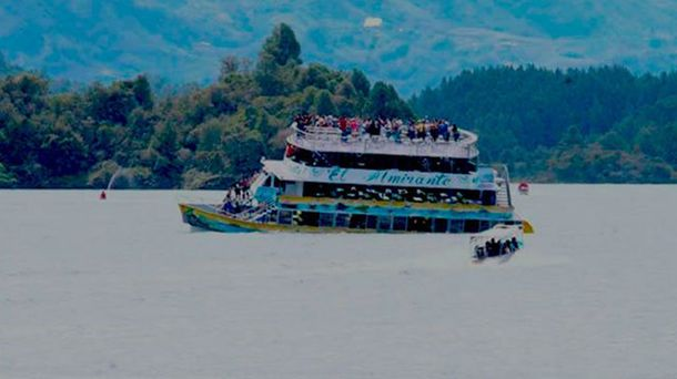 Затонувшая лодка в Колумбии