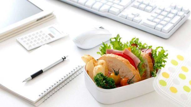 Скільки зайвих калорій набирають жінки на робочому місці