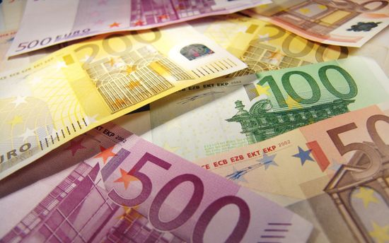 Официальный курс доллара повышен на66 копеек, евро— практически на2 рубля