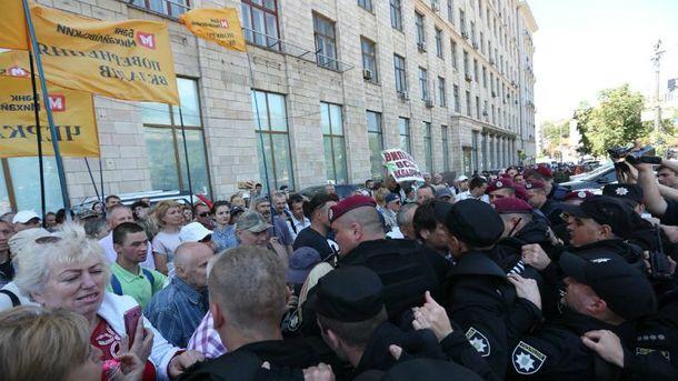 Уцентрі Києва вкладники «Михайлівського» побилися зполіцією