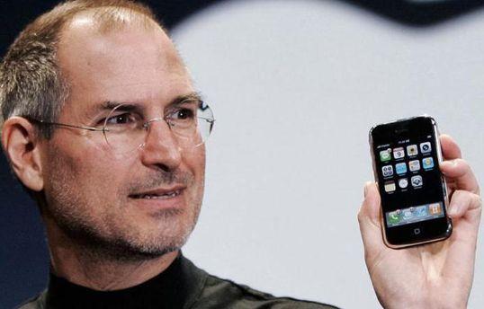Стив Джобс с iPhone