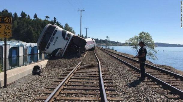Поезд с 250-ю пассажирами сошел с рельсов в США