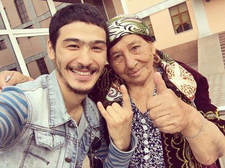 Маріям Амраєва зі своїм внуком