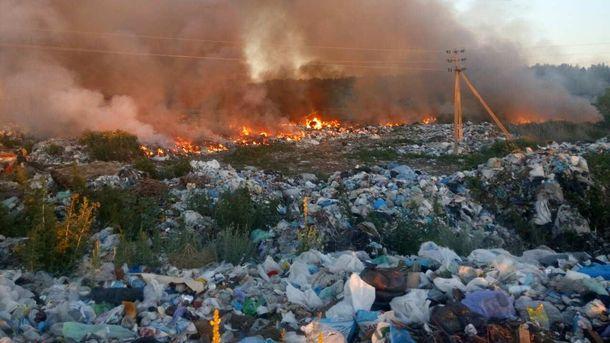 Під Києвом сталася пожежа на нелегальному сміттєзвалищі