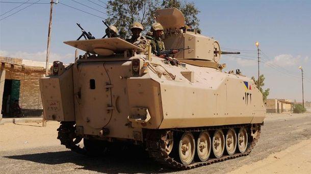 У Єгипті терорист-смертник напав напропускний пункт: щонайменше 10 військових загинули