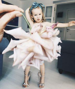 Девочка Стефани в платье из цветов