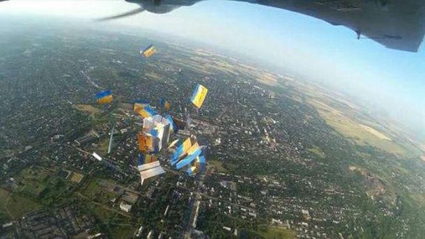 Патриотические открытки сбросили на Луганщине