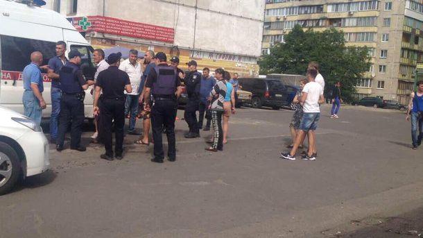 На місці стрілянини поблизу ринку у Києві працюють правоохоронці