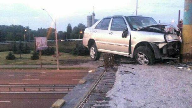 Авто ледь не зірвалося з мосту у Києві