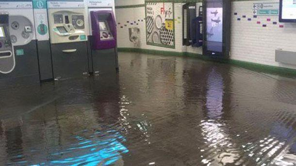 Найпотужніша в історії Парижа злива серйозно затопила метро