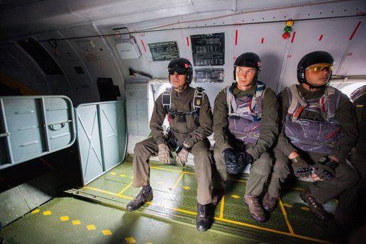 Нацгвардейцы десантировались с самолета