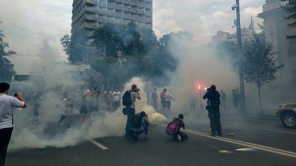 Під Верховної Радою мітинг, запалали димові шашки: видовищні фото
