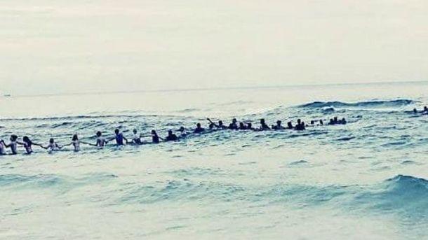 Десятки незнакомцев объединились в живую цепь