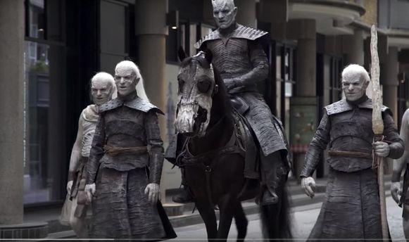 Актеры сериала «Игра престолов» вобразах прошлись поулицам Лондона