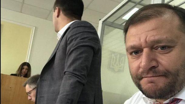 Михаил Добкин успевает делать селфи в зале суда