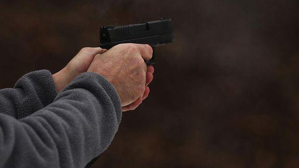Пьяный мужчина выстрелил в ягодицы своем нетрезвому товарищу в Киеве (18+)