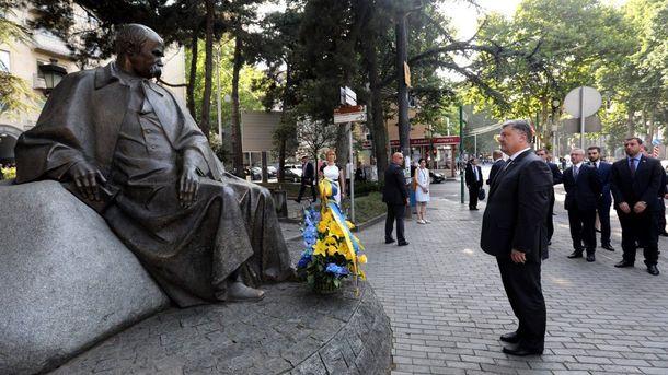 Порошенко возле памятника Шевченко в Тбилиси