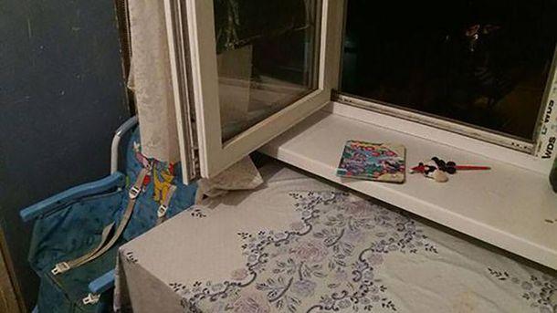 Девочка выпала из окна в то время, когда ее мама отвлеклась