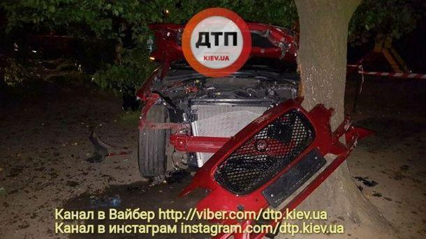 ДТП уКиєві - водій Ягуара збив двох людей і втік. ВІДЕО