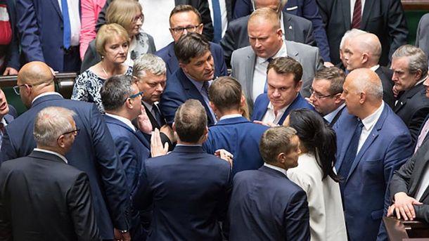 Горячие дебаты в Сейме Польши относительно нового закона о Верховном суде