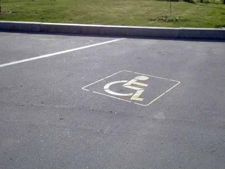 Штрафи за паркування на місцях для інвалідів