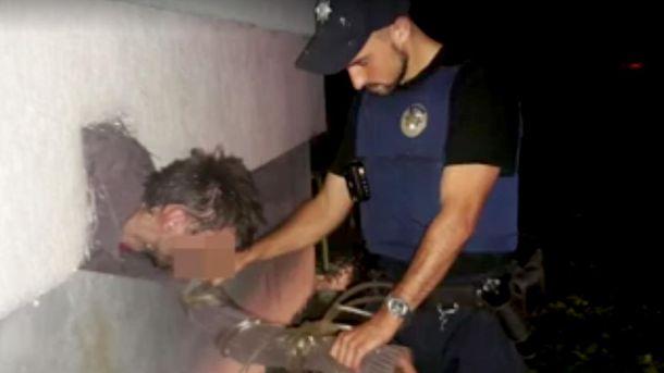 Грабитель застрял в вентиляционном окне во время бегства в Львове