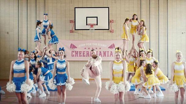Клип «Beverly»: чирлидерши иИван Дорн врозовом костюме
