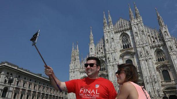 В Милане запретили селф-палки