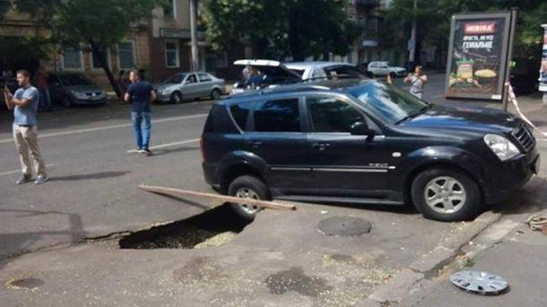 Авто провалилися під асфальт в Одесі