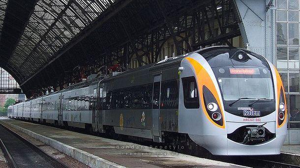 Под Киевом поезд «Интерсити» раздавил автомобиль