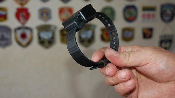 Сусу одели электронный браслет