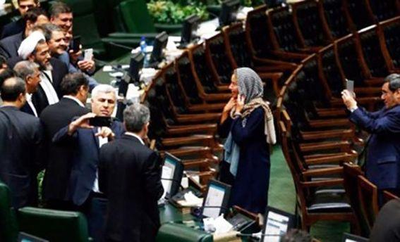 В Иране депутаты делали селфи с Могерини
