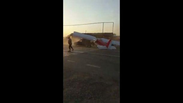 Самолет протаранил машину, взлетая с автотрассы в Чечне: неожиданное видео