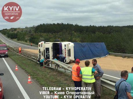 Зерновоз, щоперекинувся, заблокував дорогу Київ-Одеса: опубліковано відео