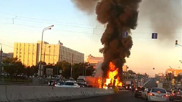 У Москві горить фура