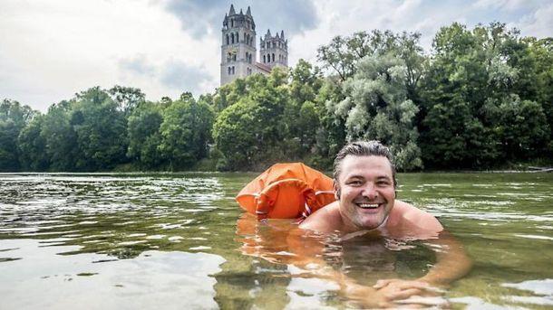 Бенджамин Дэвид плавает на работу