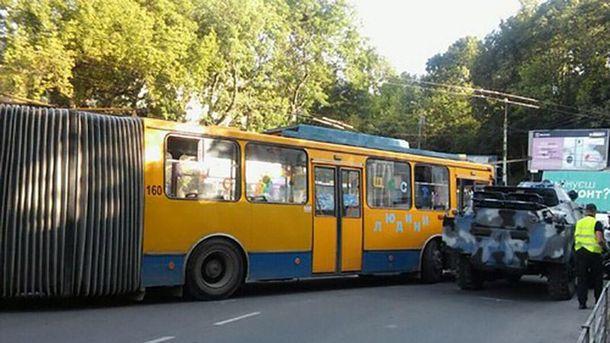 Тролейбус уТернополі врізався вбойову машину