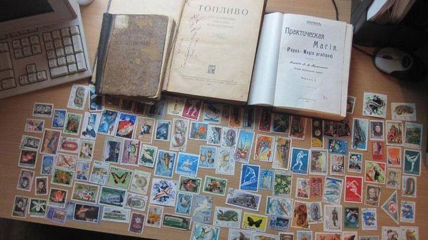 Конфискованные книги и марки