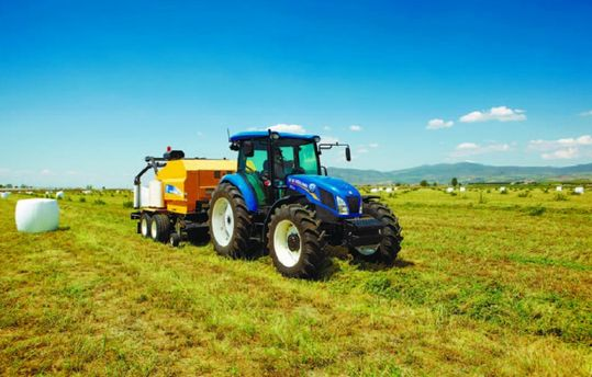 Трактор в полі