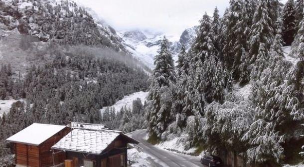 Снег среди лета выпал в швейцарских Альпах