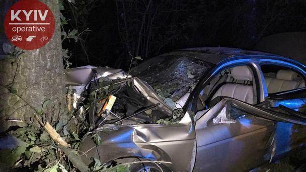 НаКиевщине Ягуар  врезался встолб: шесть пострадавших