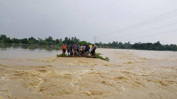 Наводнение унесло жизни почти полсотни человек в Непале: жуткие фото стихии