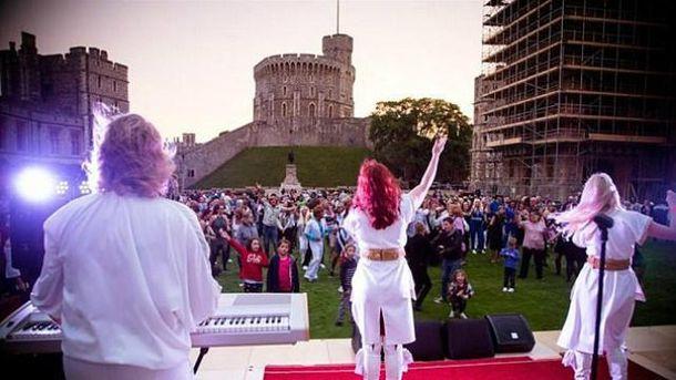 91-летняя королева Елизавета устроила ABBA-вечеринку в замке