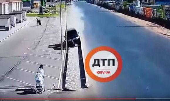 Під Києвом водій ледь не збив на смерть жінку з дитиною