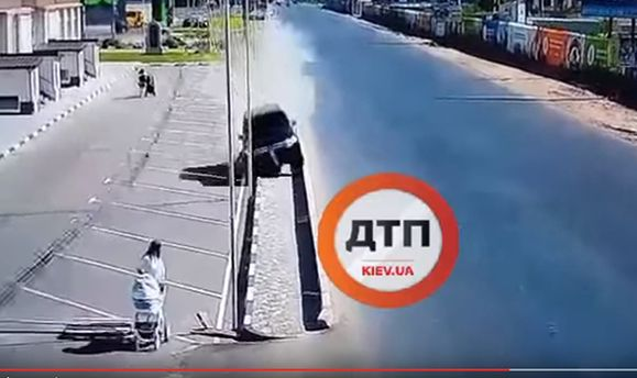 Едва не погибла женщина с младенцем: под Киевом водитель на большой скорости валил дорожные столбы