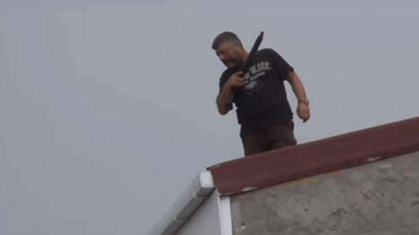 Невідомий чоловік влаштував хаотичну стрілянину набудинку вСтамбулі: перші відео