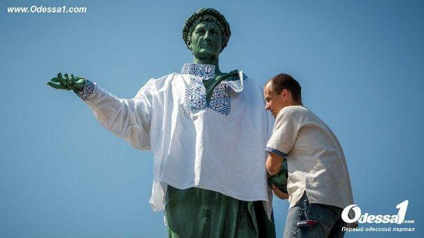 На монумент Дюку примерили вышиванку водесском стиле