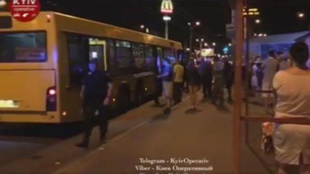 УКиєві конфлікт уавтобусі призвів дострілянини